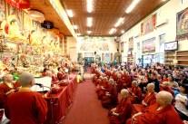 2017年7月1日晚間,美國西雅圖雷藏寺恭請蓮生法王盧勝彥主持週六會同修,同修本尊是西方極樂世界教主阿彌陀如來,善信護持。圖為善信虔心共修。
