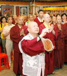 2017年5月6日下午,蓮生法王盧勝彥佛駕台灣中壢法舟堂,主持開光安座儀式,賜授真佛傳承和還凈灌頂,並賜墨寶。圖為師尊開光加持壇城諸尊。
