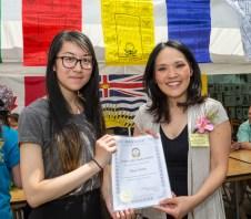 圖為貴賓國會議員關慧貞女士代表頒發華光獎學金給得獎學子並合影。