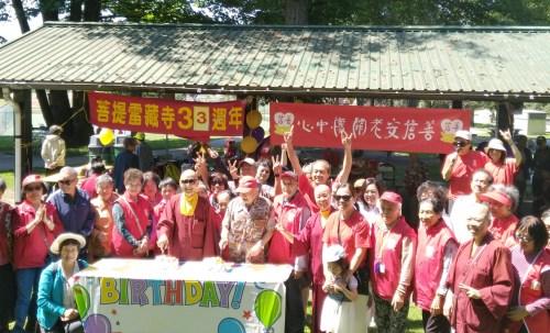 蓮聞上師與長者代表共切慶賀蛋糕 p1169-13-01