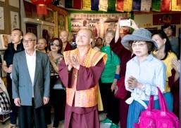 圖左起麥顯輝師父、盧師尊、師母觀賞舞獅。