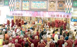 圖為善信佛子接受灌頂。