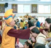 圖為師尊慈悲加持佛子。