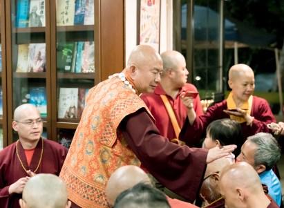 圖為盧師尊慈悲加持佛子。