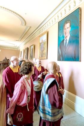 圖為師尊、師母參觀歷屆加州州長相片。