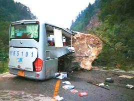 巨石將巴士壓毀