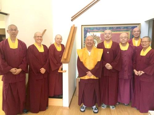 無上法王蓮生活佛(中)與宗委會七位核心處長合影