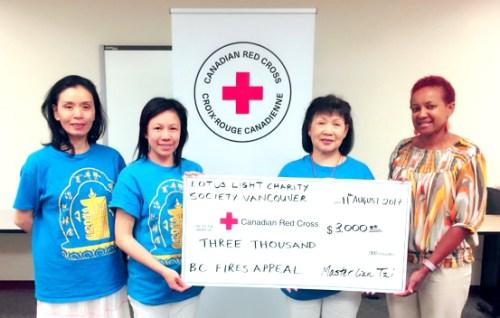 溫哥華華光功德會代表捐善款給紅十字會後合影