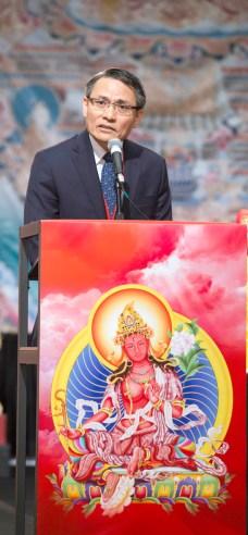 2017年9月16日,美國西雅圖雷藏寺在梅登堡會議中心恭請蓮生法王盧勝彥主持秋季阿彌陀佛息災祈福超度大法會,首傳紅度母法,當日來自世界各地有逾三千名貴賓及善信大德熱烈護持。圖為貴賓駐西雅圖台北經文處副處長吳鎮祺先生致詞。