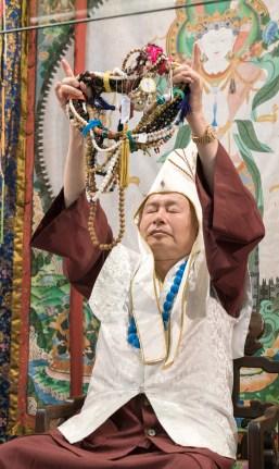 2017年9月24日週日下午三時,美國西雅圖彩虹雷藏寺恭請蓮生法王盧勝彥主壇「大白傘蓋迴遮母護摩大法會」。圖為師尊轉珠明。