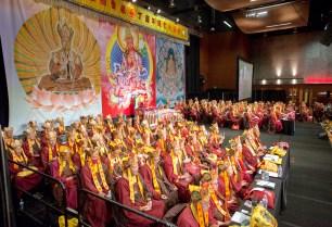 2017年9月16日,美國西雅圖雷藏寺在梅登堡會議中心恭請蓮生法王盧勝彥主持秋季阿彌陀佛息災祈福超度大法會,首傳紅度母法,當日來自世界各地有逾三千名貴賓及善信大德熱烈護持。圖為真佛宗上師團護持。