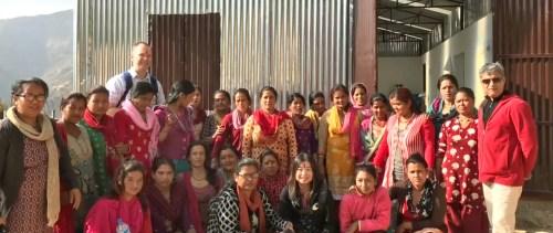 2017月9月16日,美國西雅圖雷藏寺秋季大法會「盧勝彥佈施基金會」總裁盧佛青博士報告基金會善款資助尼泊爾Gorkha地區7.8級大地震計畫。圖為盧佛青博士(前排右3)在參加尼泊爾當地一個婦女會議後合影。