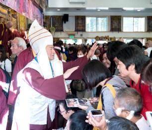 2017年9月24日週日下午三時,美國西雅圖彩虹雷藏寺恭請蓮生法王盧勝彥主壇「大白傘蓋迴遮母護摩大法會」。圖為護摩後,師尊摩頂加持佛子。