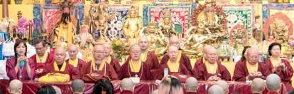 2017年9月30日晚間,美國西雅圖雷藏寺恭請蓮生法王主持週六最勝金剛「大準提佛母」同修會,四眾弟子虔心護持。圖為坐於大殿虎邊護持的上師團。