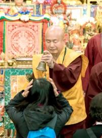 2017年9月30日晚間,美國西雅圖雷藏寺恭請蓮生法王主持週六最勝金剛「大準提佛母」同修會,四眾弟子虔心護持。圖為盧師尊賜授皈依灌頂。