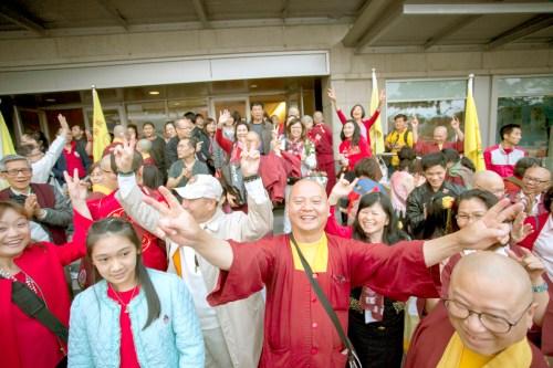 2017年9月16日,美國西雅圖雷藏寺在梅登堡會議中心恭請蓮生法王盧勝彥主持秋季阿彌陀佛息災祈福超度大法會,首傳紅度母法,當日來自世界各地有逾三千名貴賓及善信大德熱烈護持。圖為德輝上師(中)與蓮滿上師(右下)及在會場外面熱情的同門善信。
