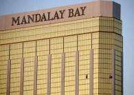 凶手在曼德雷灣飯店32樓打破窗子向下方群眾掃射