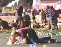 一名男子趴在一名女子身上企圖喚醒她