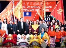圖為師尊、師母參加西城雙十國慶酒會與眾貴賓合影。