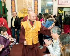 圖為蓮生法王慈悲加持佛子。
