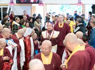 圖為師尊善信佛子恭迎師尊。