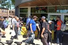 遊民排隊領取花光義工派發的熱食