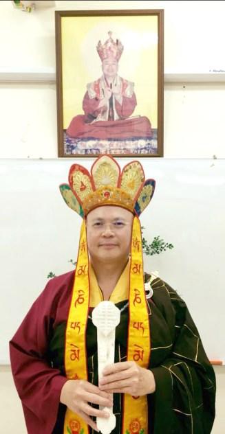 圖為主壇蓮寧上師手持傳承物「白如意」留影。