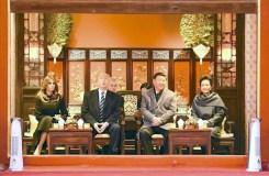 大陸國家主席習近平(右2)與第一夫人彭麗媛, 陪同美國總統川普(左2)與第一夫人梅蘭妮亞參觀北京紫禁城