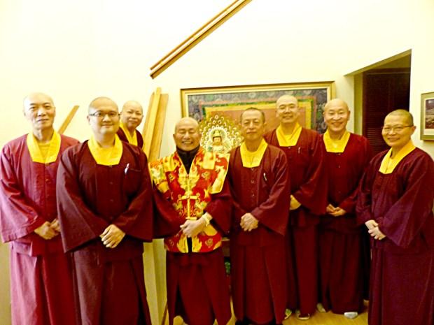 左起蓮印上師、蓮東上師及其身後的蓮潔上師、蓮生師佛、蓮花程祖上師、蓮訶上師、蓮僧上師、蓮悅上師合影