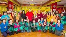 溫哥華華光功德會總裁蓮慈金剛上師代表捐贈一萬件全新衣物給大溫聖誕局,由執行董事克里斯‧貝利斯代表接受。