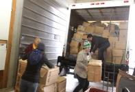 華光功德會捐贈給大溫聖誕局的新衣物由義工們幫忙卸貨。