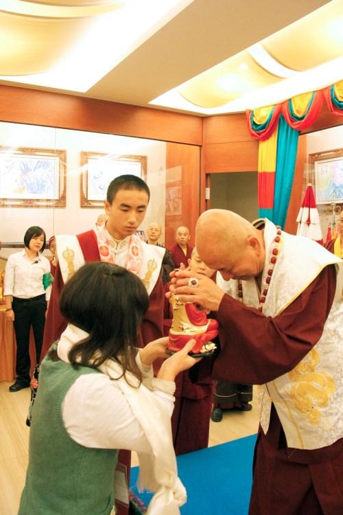 蓮生法王觸頂加持主祈人的蓮花童子