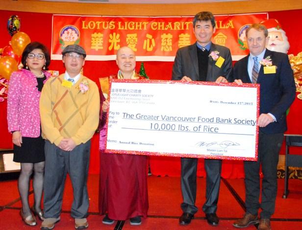 向大溫食物銀行捐贈萬磅白米,圖左3為蓮慈金剛上師,右1為食物銀行執行長賀斯先生,右2為台灣經文處潘少鈞組長。