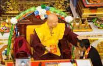 羅日良律師代表傳律雷藏寺敬獻哈達及供養後,蓮生法王加持賜福