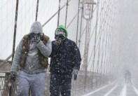 暴風雪襲擊美東 交通大受影響外出改用步行