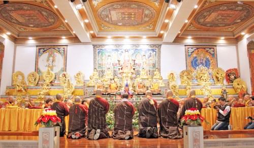 宗委會核心小組代表向師佛頂禮懺悔