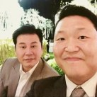 YG娛樂的老板與鳥叔合影