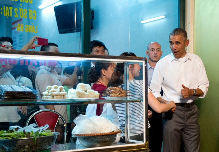 Hanoi one day tour: Mr Obama trying out bun cha