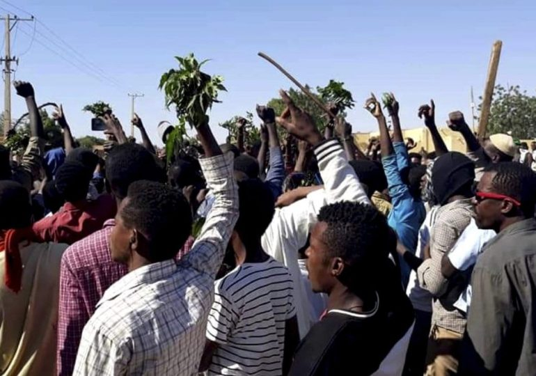 Thousands take to the streets in Sudan - 19 killed!
