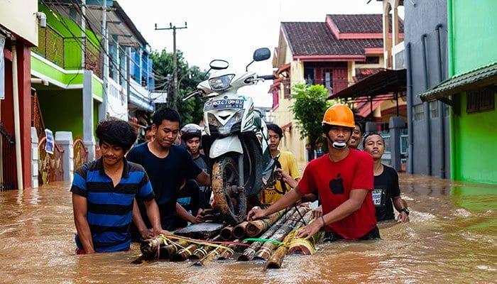 Indonesia Landslides kills 30, many still remain missing