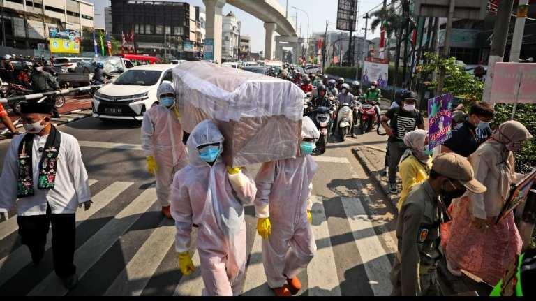 Coronavirus 'emergency' puts Jakarta back in lockdown