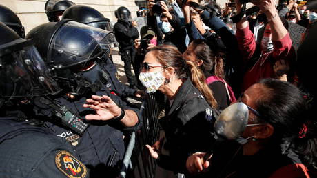 Catalonia closes border for two weeks