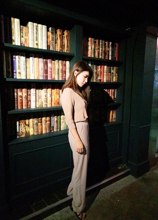 Book ing bar,一打開書店造型大門充滿驚喜,調酒好喝、餐點好吃,店內裝璜每一處都很好拍照-台北東區