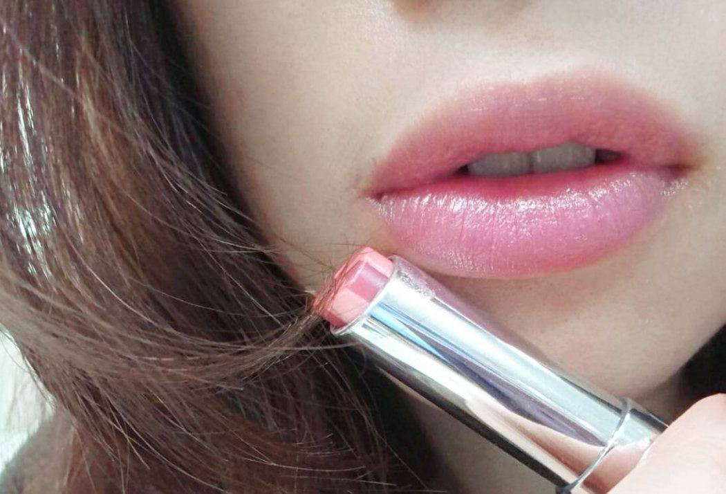 DIOR棒棒糖粉漾潤唇膏,色號212氣質新色「玫瑰木」。「癮誘豐漾俏唇蜜」也超滋潤