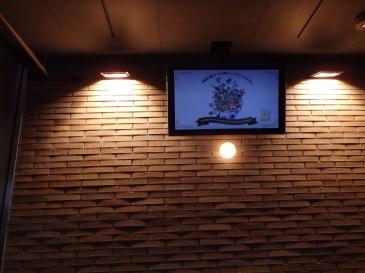 TV di depan pintu masuk