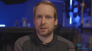 Andi Gladwin in seinem Zauberstudio (Screenshot aus dem Video)