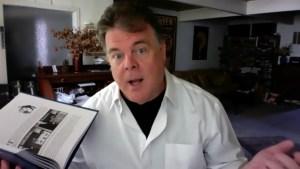 John Carney zeigt eine Seite aus seinem aktuellen Buch (Screenshot aus dem Videointerview)