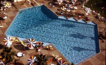 robert doisneau - la piscine aux parasols palm spring 1960