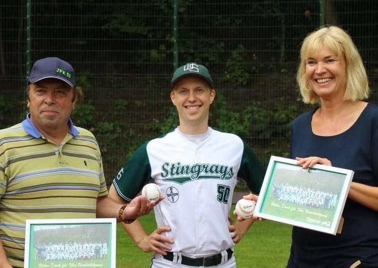 Alexander Halbach begrüßt Alexandra Szlagowski und Joachim Krane