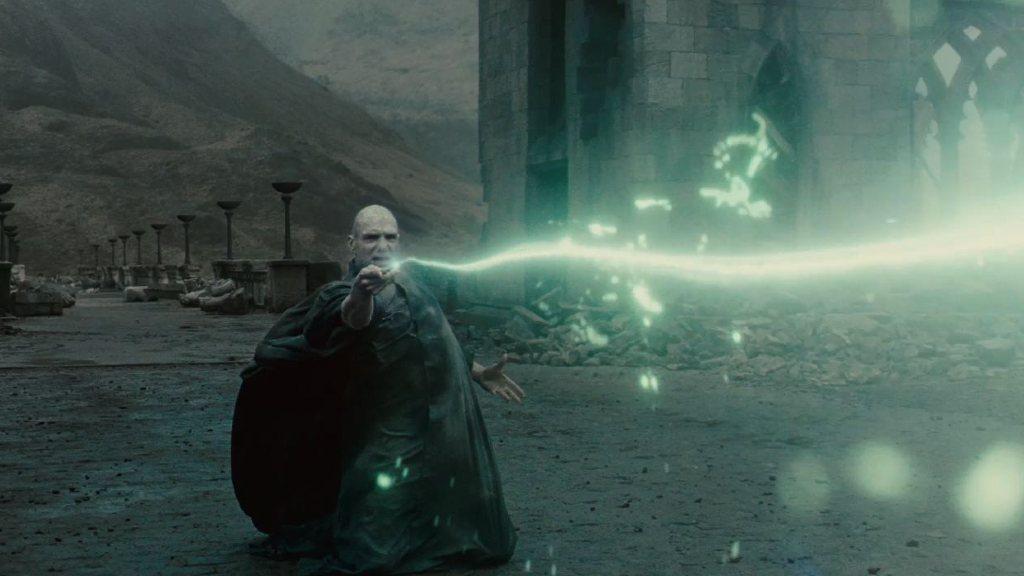 Voldemort birinci büyücülük savaşından sonra nereye çekiliyor?